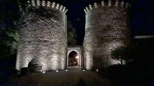 Les tours Guillaume de nuit